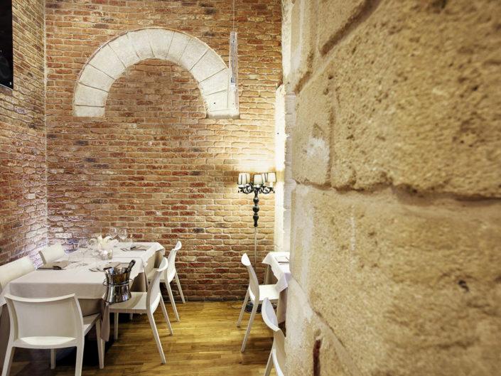 Fotografo per alberghi e strutture di lusso. In foto il tavolo di un ristorante con taglio fotografico particolare