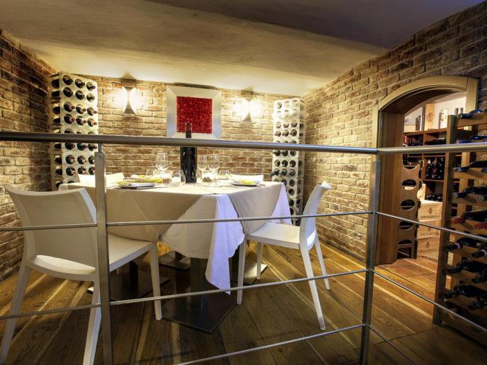 Fotografo per alberghi e strutture di lusso. In foto un tavolo intimo in un ristorante