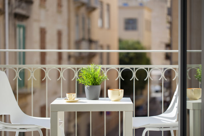 Fotografia del tavolo in balcone di un hotel a Trapani