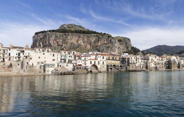 fotografia fine art per arredare stampata su tela canvas foto a colori di Cefalù in Sicilia vista dal mare