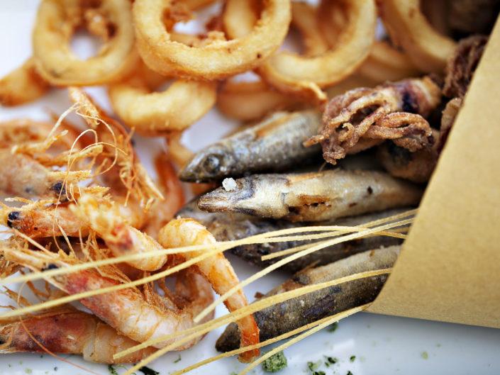 Fotografo per ristoranti food piatti gourmet. In foto il coppo di pesce fritto