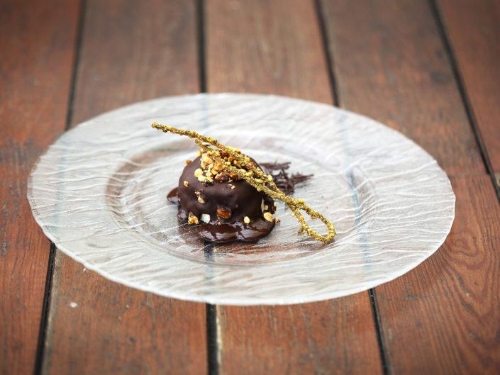 Fotografia alternativa ed elegante di un tortino al pistacchio. Fotografo per ristoranti food piatti gourmet
