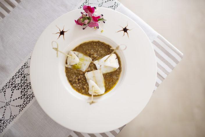 Fotografo per ristoranti, osterie eleganti, food piatti gourmet. In fotoUova e lenticchie