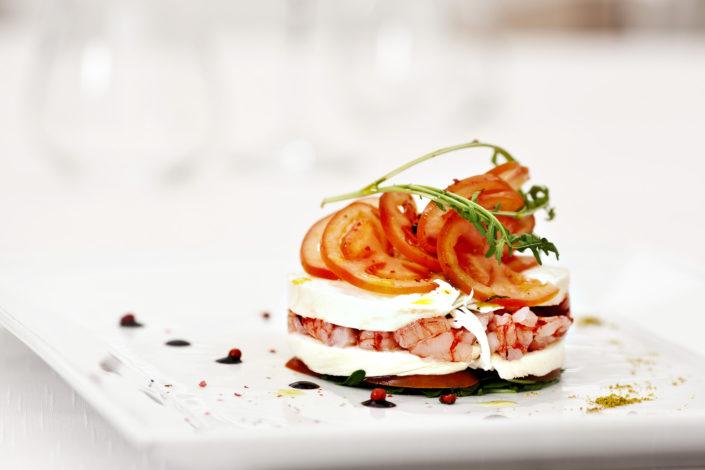 Food Photography. Fotografo di food per ristoranti, cafe gourmet, pasticcerie e gelaterie di gusto. Antipasto con gamberi freschi selezione dello chef