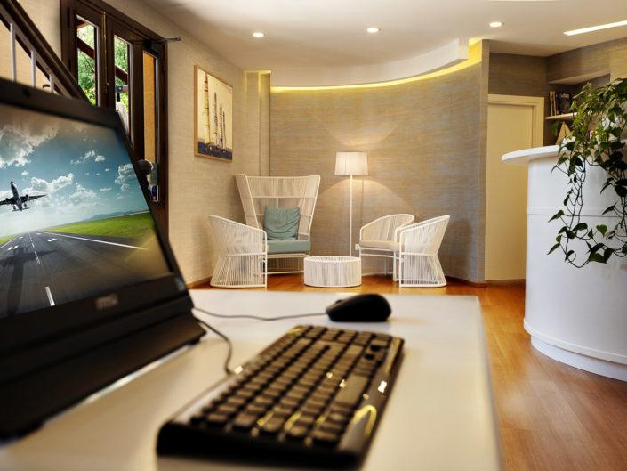 Fotografo per alberghi e strutture di lusso. In foto internet poi e salottino in hotel