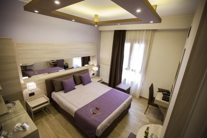 Fotografo per alberghi e strutture di lusso. In foto panoramica dall'alto di una matrimoniale camera di hotel