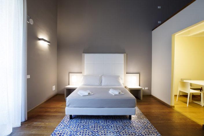 Fotografo per alberghi e strutture di lusso. In foto suite moderna matrimoniale