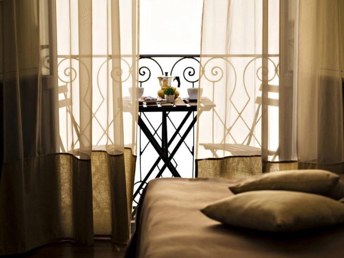 Fotografia di un tavolino in balcone con la colazione in una camera d'albergo di lusso realizzata dal fotografo Nino Lombardo