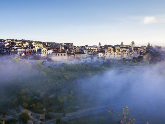 fotografia fine art per arredare stampata su tela canvas di Ragusa avvolta dalla nebbia