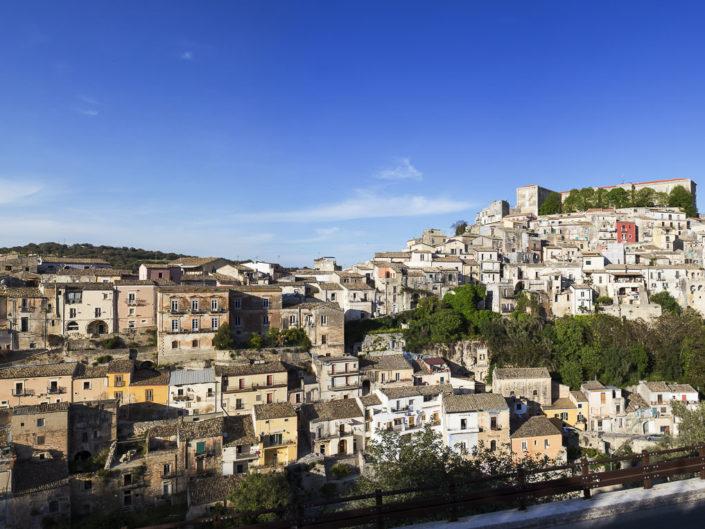 fotografia fine art per arredare stampata su tela canvas di una fotografia di un paese siciliano in collina