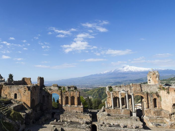 fotografia fine art per arredare stampata su tela Foto del teatro di Taormina in primo piano con il monte Etna vulcano sullo sfondo