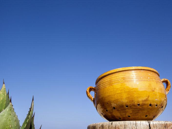 Fotografia di una couscusera particolare contenitore di coccio per fare il couscous