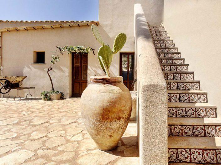 fotografi dell'interno di un antico baglio in sicilia con scalinata foto per pubblicità
