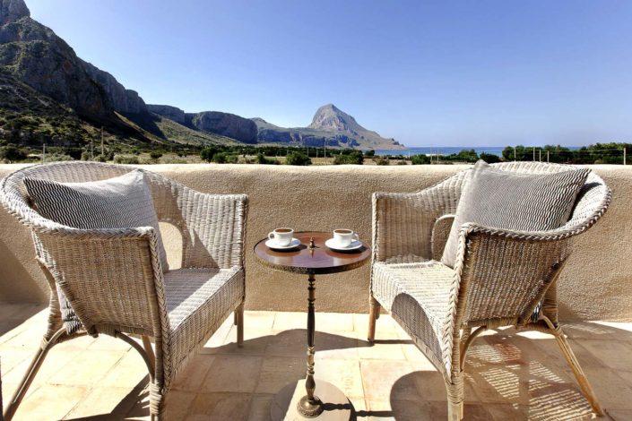 Fotografia di una veranda di un Baglio con Monte Cofano ed il mare sullo sfondo