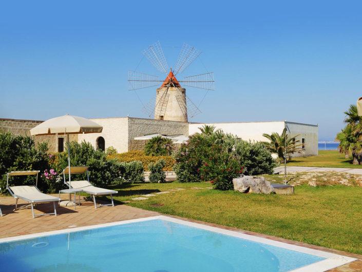 panorama di una fotografia per promozione pubblicitaria di un resort sul mare con i mulini e la piscina in Sicilia fotografato da Nino Lombardo