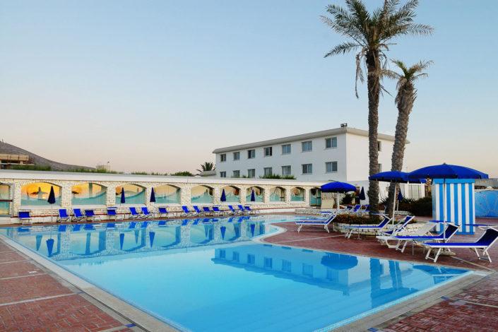Grande piscina con due palme ed i lettini di un albergo a Trapani fotografia di nino lombardo fotografo