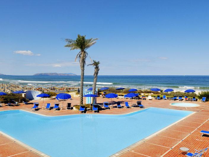 Ambiente piscina mare solarium e isole Egadi all'orizzonte fotografata da Nino Lombardo