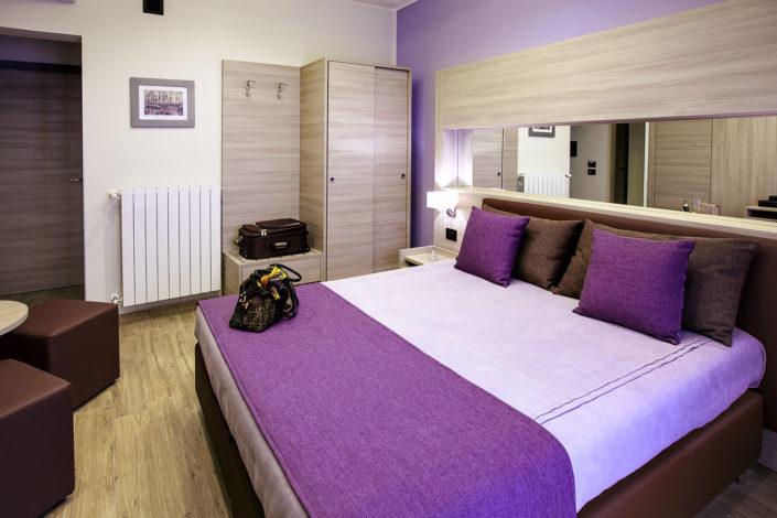 Fotografia di una camera matrimoniale d'hotel realizzata su commissione per pubblicità su internet