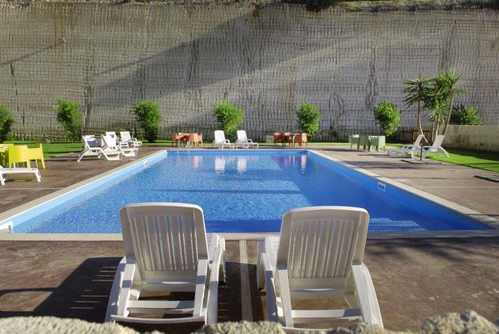 Fotografo per Luxury Hotel ha realizza questa fotografia della zona relax in piscina di un Albergo a Favignana