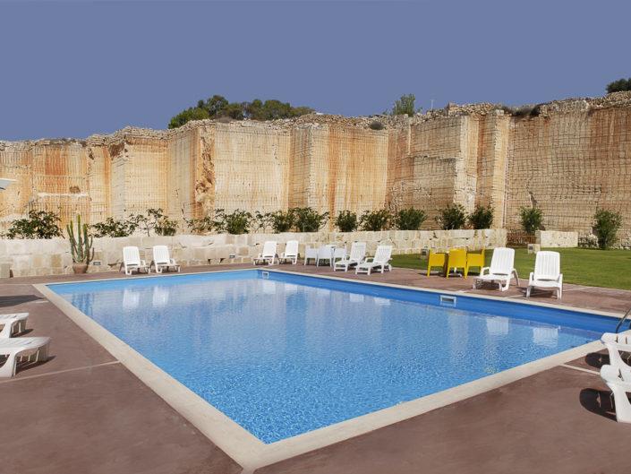 Fotografie professionali per i migliori alberghi di lusso e di charme e relax. Luminose dettagliate e con ottima post produzione. In foto una piscina con solarium