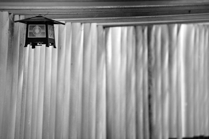 Foto Reportage in bianco e nero realizzate in Giappone, Usi e costumi di un popolo, qui in foto un particolare di un luogo religioso