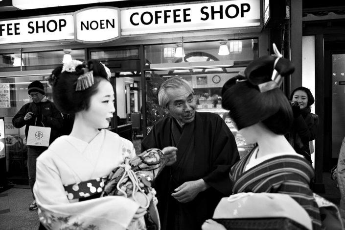 Foto Reportage in bianco e nero realizzate in Giappone, Usi e costumi di un popolo, qui in foto Maiko e Geisha che parlano con un giapponese