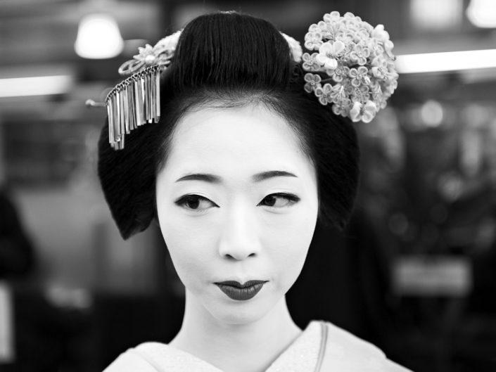 Foto Reportage in bianco e nero realizzate in Giappone, Usi e costumi di un popolo, qui in foto primo piano di una Geisha a Kyoto