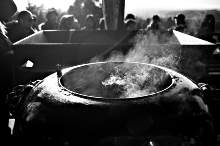 Foto Reportage in bianco e nero realizzate in Giappone, Usi e costumi di un popolo, qui in foto un momento religioso