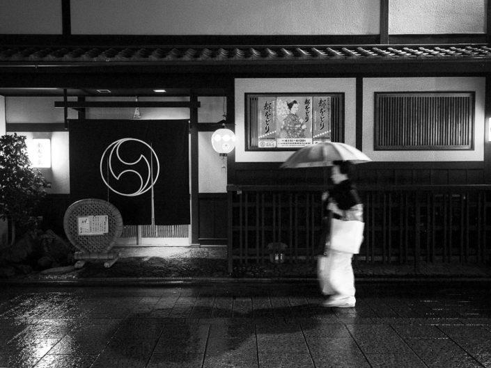 Foto Reportage in bianco e nero realizzate in Giappone, Usi e costumi di un popolo, qui in foto una Geisha davanti una casa del tè