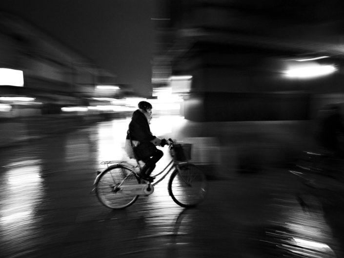 Foto Reportage in bianco e nero realizzate in Giappone, Usi e costumi di un popolo, qui in foto ciclista giapponese