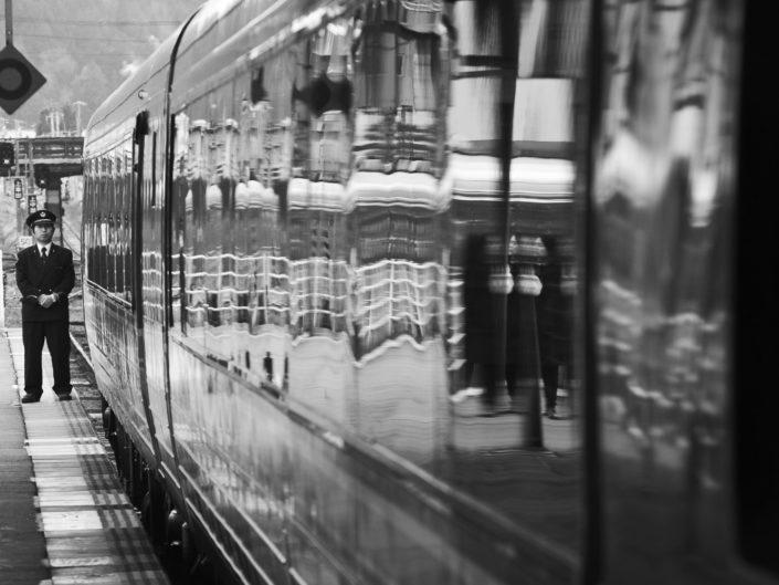 Foto Reportage in bianco e nero realizzate in Giappone, Usi e costumi di un popolo, qui in foto treno e capo treno in stazione a takayama