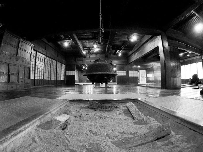Foto Reportage in bianco e nero realizzate in Giappone, Usi e costumi di un popolo, qui in foto sala colazione con rituale del tè