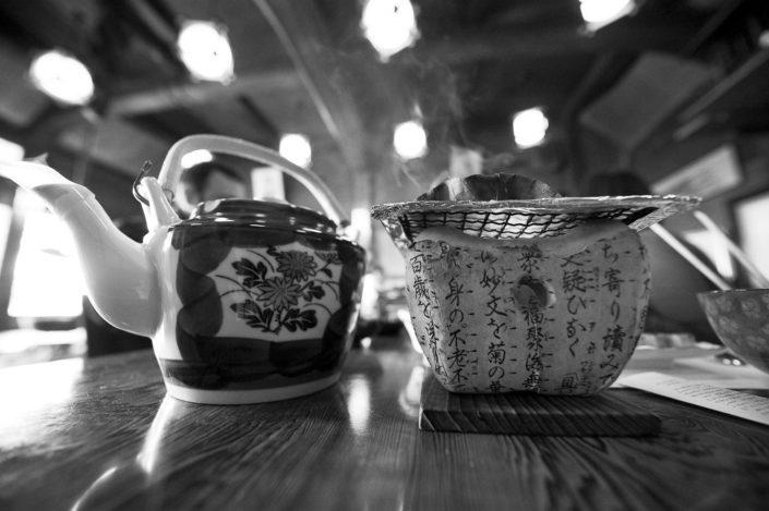 Foto Reportage in bianco e nero realizzate in Giappone, Usi e costumi di un popolo, qui in foto oggetti giapponesi per la colazione