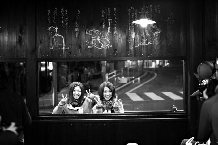 Foto Reportage in bianco e nero realizzate in Giappone, Usi e costumi di un popolo, qui in foto ragazze sorridenti