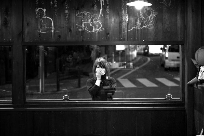 Foto Reportage in bianco e nero realizzate in Giappone, Usi e costumi di un popolo, qui in foto una ragazza