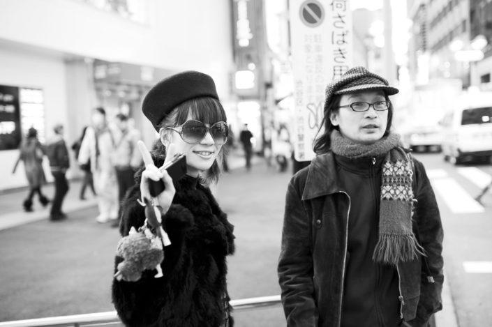 Foto Reportage in bianco e nero realizzate in Giappone, Usi e costumi di un popolo, qui in foto ragazzi giapponesi in strada