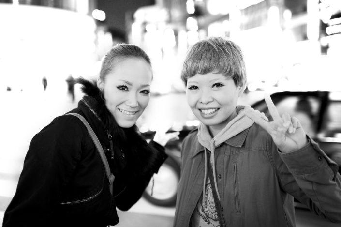 Foto Reportage in bianco e nero realizzate in Giappone, Usi e costumi di un popolo, qui in foto due ragazze a Tokyo