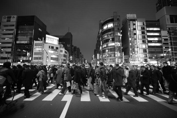Foto Reportage in bianco e nero realizzate in Giappone, Usi e costumi di un popolo, qui in foto il famoso quadrilatero con attraversamento frenetico ma ordinato dei pedoni a Tokyo