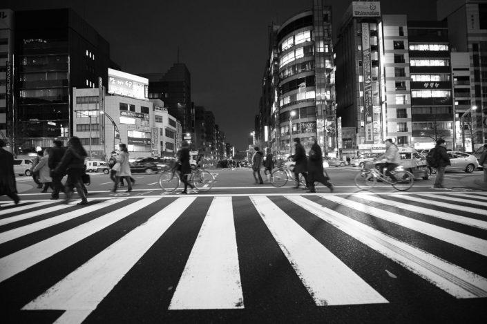 Foto Reportage in bianco e nero realizzate in Giappone, Usi e costumi di un popolo, qui in foto i ciclisti attraversano sulle strisce a Tokyo
