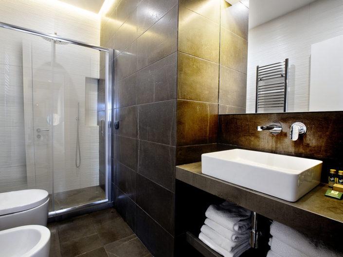 Foto bellissime per alberghi e case vacanza di lusso, bed and breakfast di charme, luminose e di alta qualità professionale. Ottima post produzione. In foto un bagno moderno