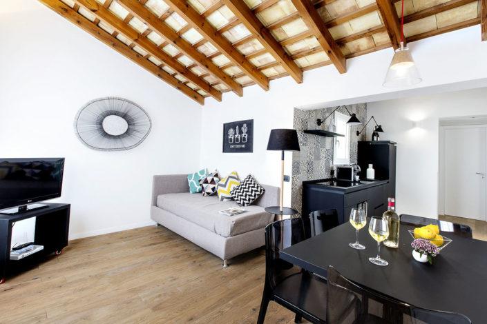 Foto bellissime per alberghi e case vacanza di lusso, bed and breakfast di charme, luminose e di alta qualità professionale. Ottima post produzione. In foto monolocale con travi tipiche nel tetto