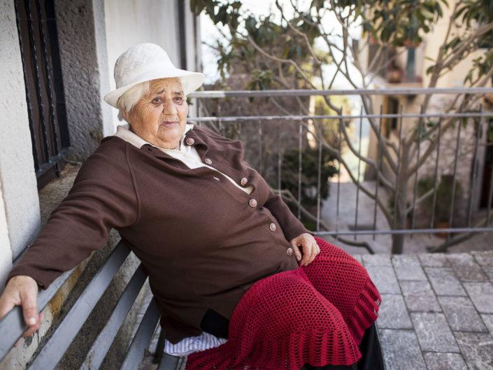 Street Photography. Fotografia a colori di una grossa siciliana. Viaggio fotografico in Sicilia tra paesi paesaggi gente e tradizioni tipiche locali.