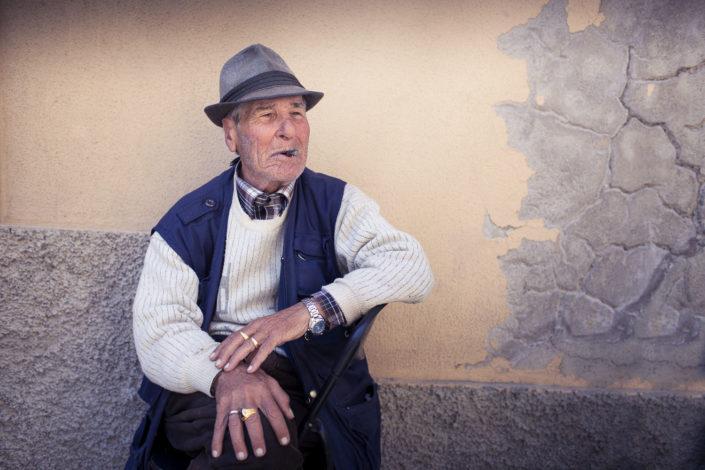 Street Photography. Fotografia a colori di un siciliano che fuma il sigaro. Viaggio fotografico in Sicilia tra paesi paesaggi gente e tradizioni tipiche locali.