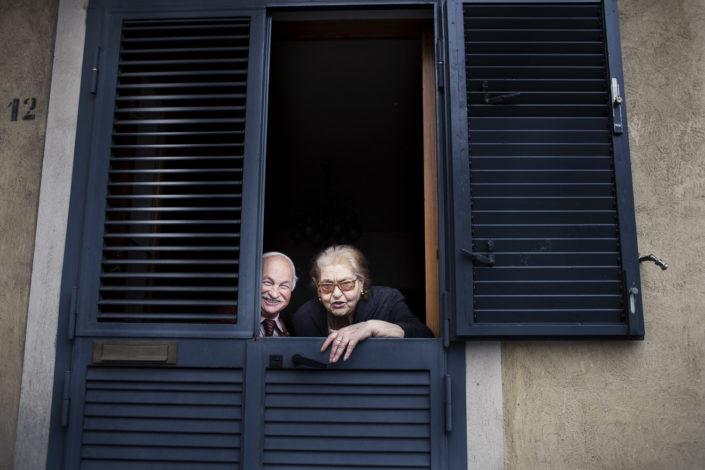 Street Photography. Fotografia a colori di una coppia di anziani. Viaggio fotografico in Sicilia tra paesi paesaggi gente e tradizioni tipiche locali.