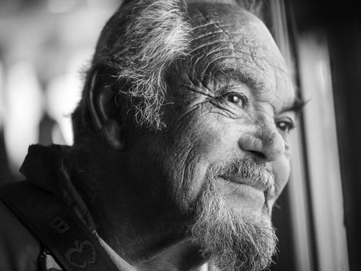 Street Photography. Fotografia in bianco e nero di un anziano. Viaggio fotografico in Sicilia tra paesi paesaggi gente e tradizioni tipiche locali.