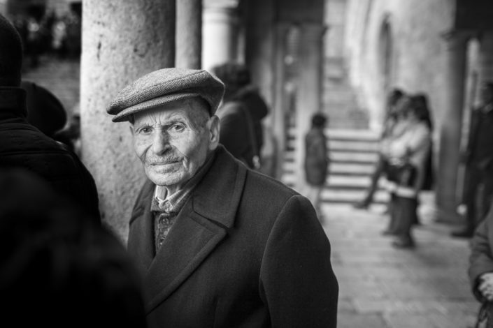 Street Photography. Fotografia in bianco e nero di un siciliano con la coppola. Viaggio fotografico in Sicilia tra paesi paesaggi gente e tradizioni tipiche locali.