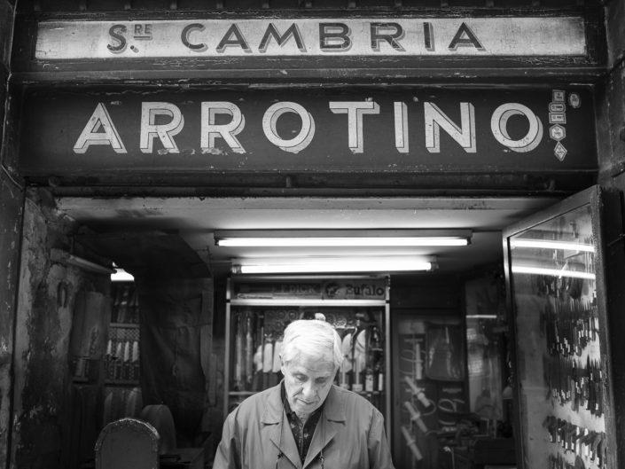 Street Photography. Fotografia in bianco e nero di un arrotino. Viaggio fotografico in Sicilia tra paesi paesaggi gente e tradizioni tipiche locali.