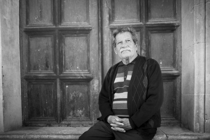 Street Photography, fotografia in bianco e nero di un siciliano. Viaggio fotografico in Sicilia tra paesi paesaggi gente e tradizioni tipiche locali.