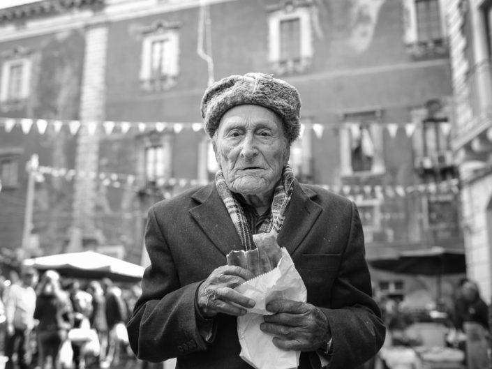 Street Photography. Fotografia in bianco e nero di un siciliano. Viaggio fotografico in Sicilia tra paesi paesaggi gente e tradizioni tipiche locali.