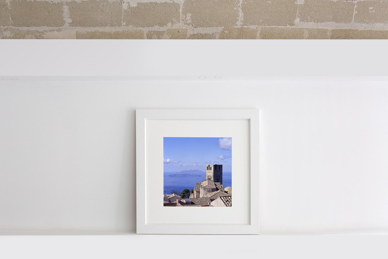 Fotografia dei tetti di Erice con le Egadi sullo sfondo in formato quadrato con cornice e passe-partout bianco